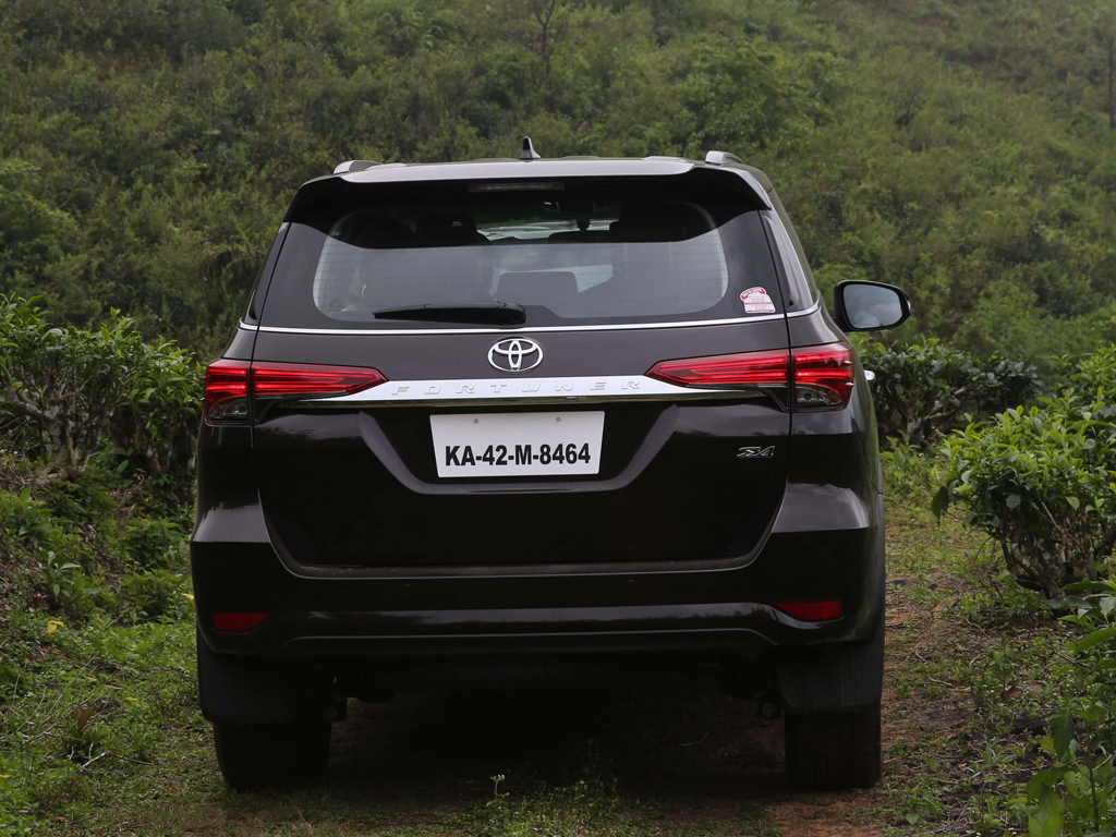 https://iciciauto.com/storage/upload/model_images/ToyotaFortuner-SUV-Back View.jpg