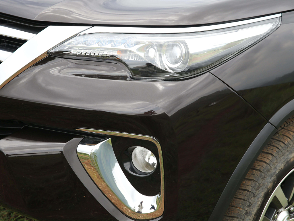 https://iciciauto.com/storage/upload/model_images/ToyotaFortuner-SUV-Headlamp.jpg